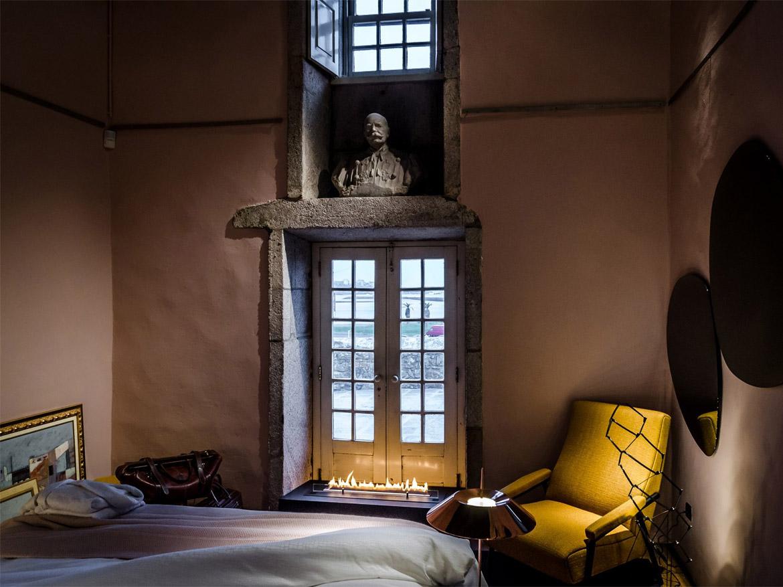 «Безумный» лофт в спальне и биокамин Planika FLA 3 в подоконнике